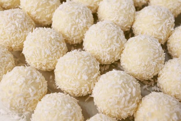 Bonbons ronds à la noix de coco. bonbons faits à la main crus, dessert sain.