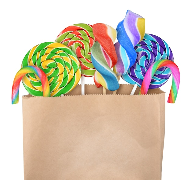 Bonbons sucette dans un sac en papier isolé sur fond blanc