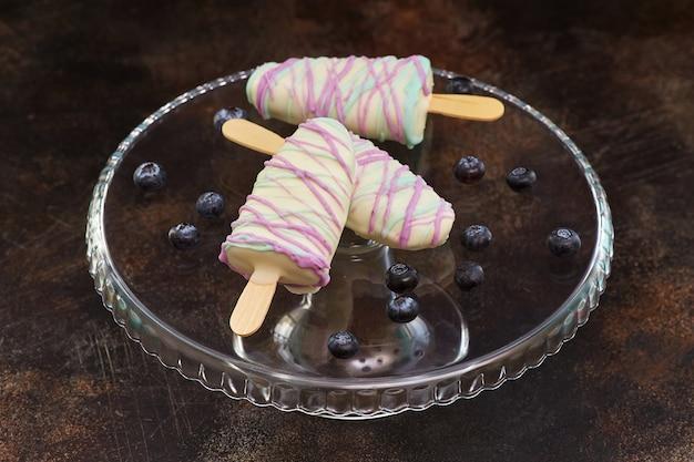 Bonbons sucrés aux myrtilles sous forme de crème glacée
