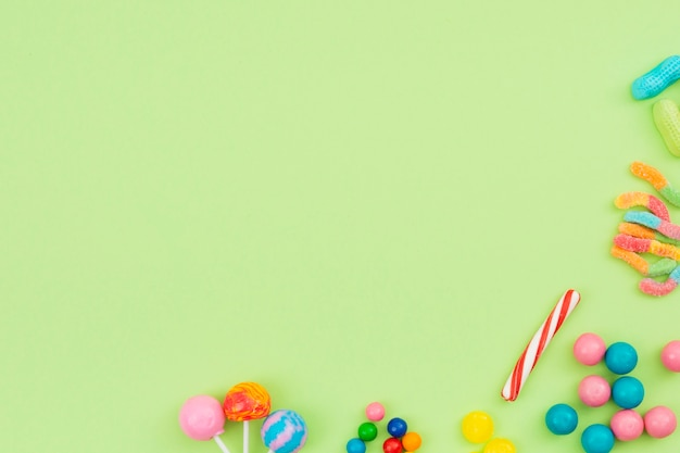 Bonbons sucrés étalés sur la table