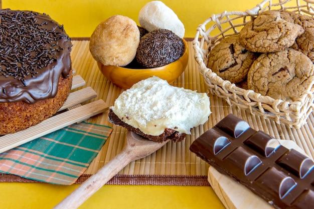 Bonbons sur la table. gâteau au chocolat, biscuits, brownie et barre de chocolat. vue de dessus.
