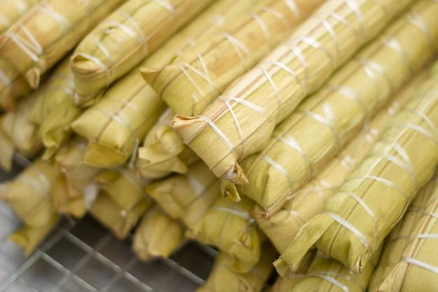 Bonbons thaïlandais tas de bouillie avec remplissage de banane ou kao-tom-mud