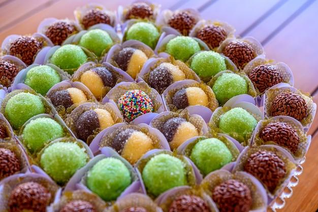 Bonbons traditionnels de fête d'anniversaire de brigadeiros au brésil
