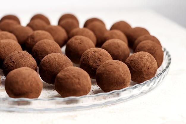 Bonbons à la truffe française. dessert sain et fait maison.