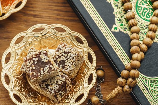 Bonbons turcs sur une assiette orientale en métal