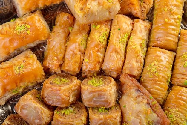 Bonbons turcs baklava et plateau oriental en métal sur fond de bois