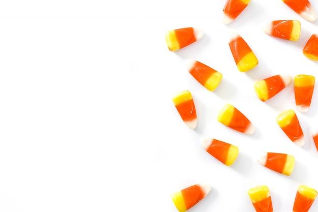 Bonbons typiques d'halloween isolés sur blanc