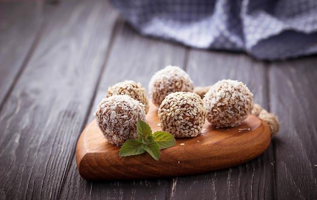 Bonbons végétaliens crus c avec des fruits secs et de la noix de coco. mise au point sélective