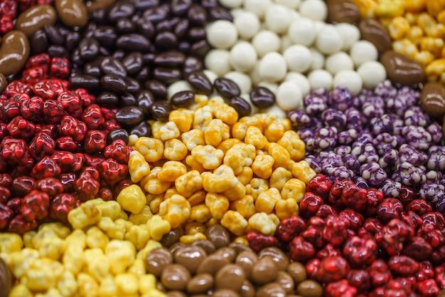 Bonbons en vrac, chocolat et dans un glaçage multicolore