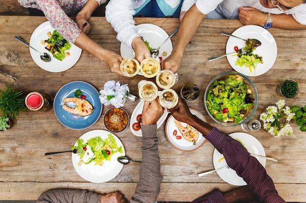Bonheur d'amis appréciant le concept de manger manger