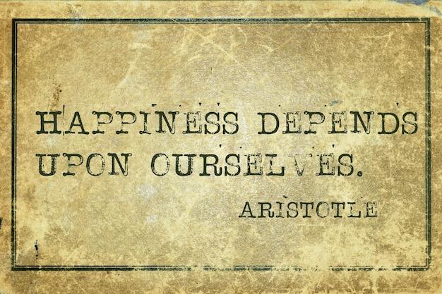 Le bonheur dépend de nous-mêmes - citation du philosophe grec aristote imprimée sur du carton vintage grunge