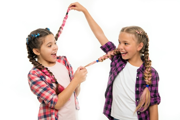 Bonheur d'enfance. amitié et fraternité. joyeuses petites soeurs. beauté et mode. petite mode enfant. la journée des enfants. retour à l'école. petites filles aux cheveux parfaits. regarde ça.