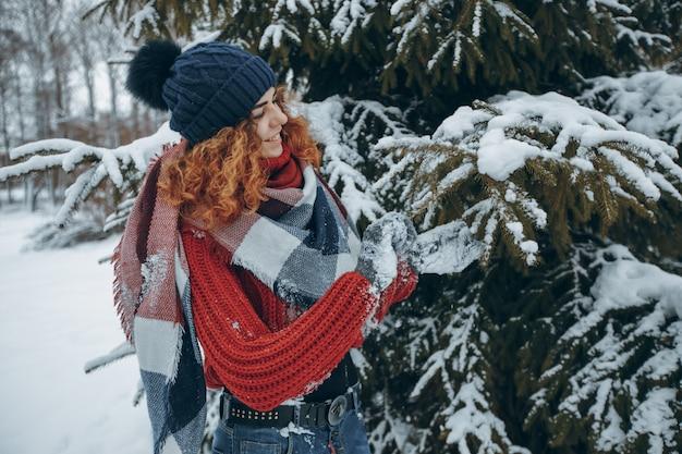 Bonheur femme météo en plein air joyeux