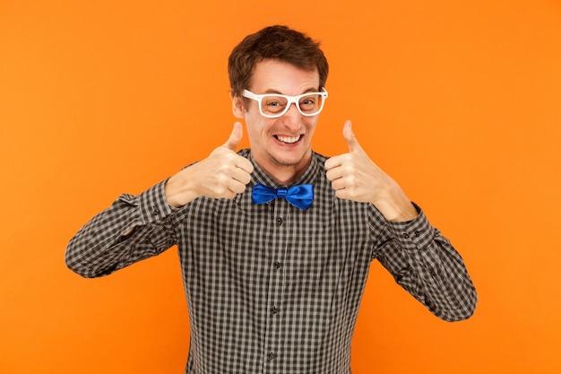 Bonheur homme à pleines dents souriant pouces vers le haut montrant comme signe