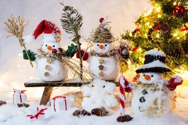 Bonhomme de famille heureux debout en hiver
