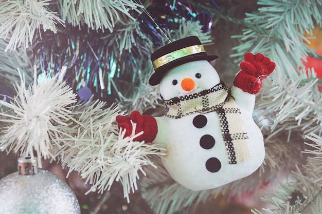 Bonhomme de neige sur un arbre de noël vert pour le festival du nouvel an