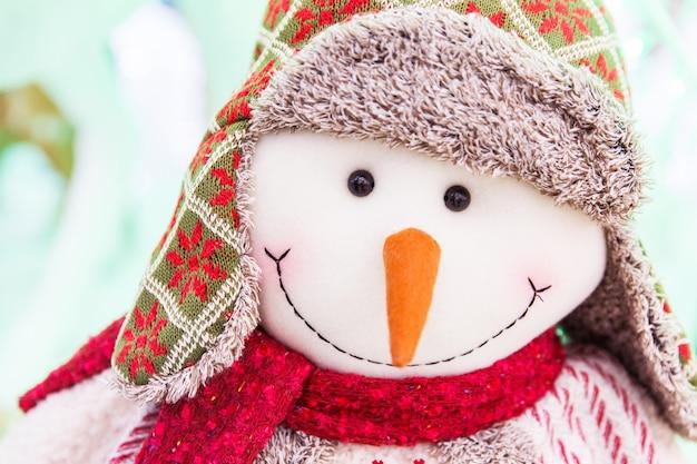 Bonhomme de neige blanc. symbole du nouvel an. jouet de noel visage de bonhomme de neige