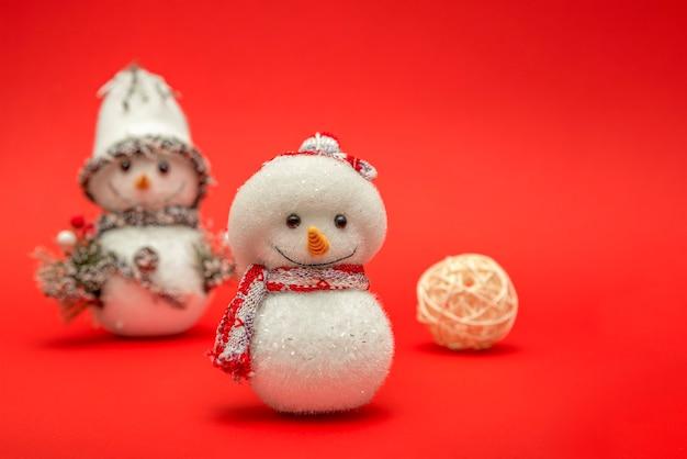 Bonhomme de neige, bonhomme de neige de noël sur fond rouge pour une carte postale ou une bannière. joyeux noël ou salutation de bonne année, place pour le texte.