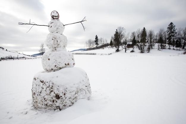 Un bonhomme de neige dans la cour en gros plan du village