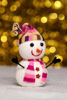 Bonhomme de neige jouet avec bokeh se bouchent