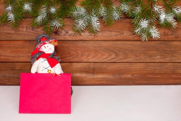 Bonhomme de neige de noël. décoration de noël sur bois