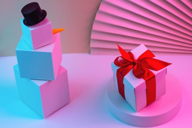 Bonhomme de neige polygonal de cubes et cadeau éclairé avec néon