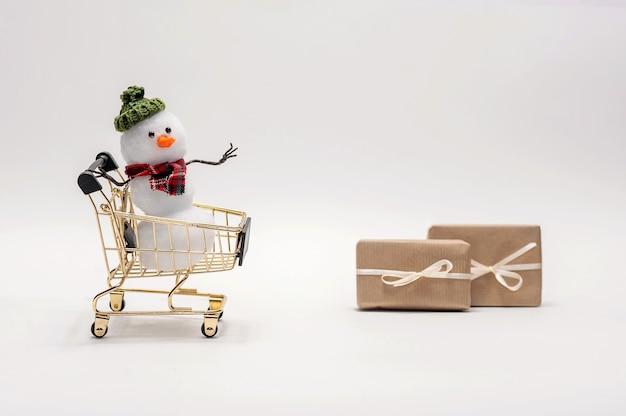 Les bonhommes de neige achètent des cadeaux pour noël.