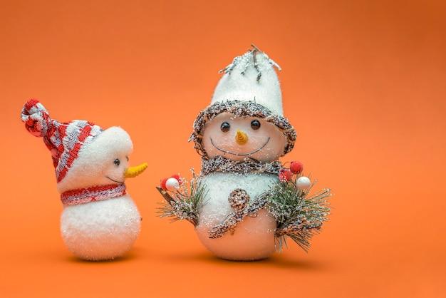Bonhommes de neige isoalted sur fond orange