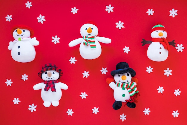 Bonhommes de neige jouets drôles entre flocons de neige