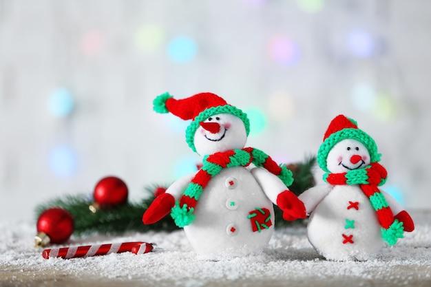 Bonhommes de neige mignons sur fond de noël
