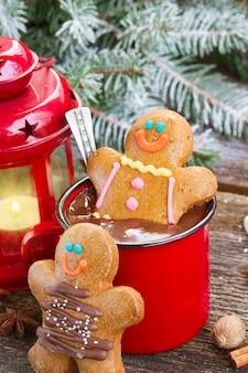 Bonhommes en pain d'épice avec une tasse de chocolat chaud