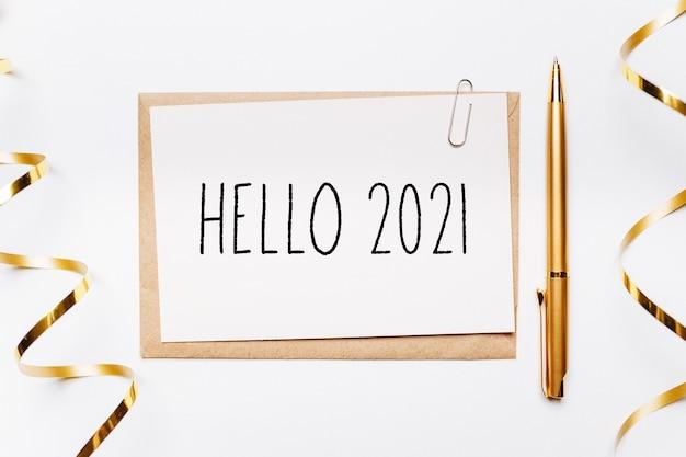 Bonjour 2021 note avec enveloppe, stylo, cadeaux et ruban d'or sur blanc