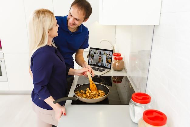 Bonjour les amis. conversation de couple en chat vidéo dans la cuisine