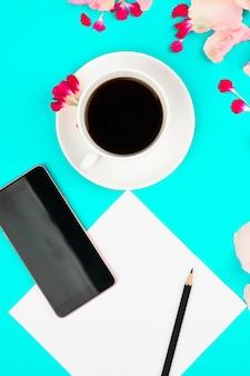 Bonjour concept. mise à plat avec fleurs, smartphone, café et page propre