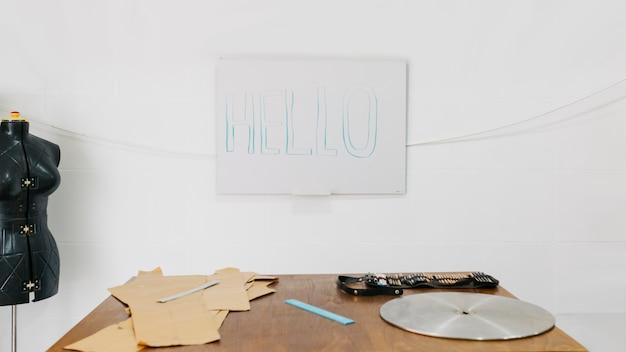 Bonjour à l'écriture dans un atelier d'art