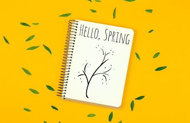 Bonjour fond de maquette de printemps avec inscription de texte et illustration d'arbre, bureau avec photo de feuilles vertes