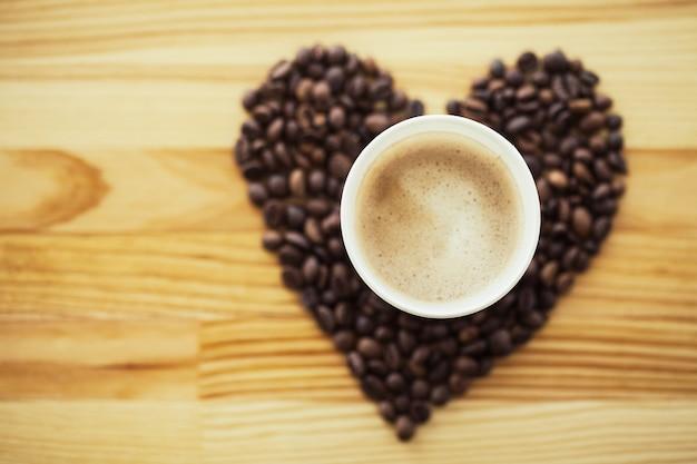 Bonjour. l'heure du café. café à emporter et haricots