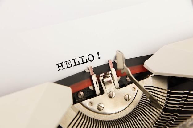 Bonjour imprimé sur feuille vierge à la machine à écrire