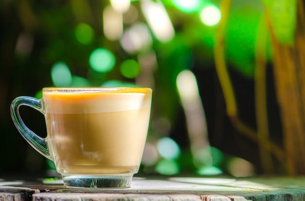 Bonjour mot, tasse de café sur fond de nature, espace vide.