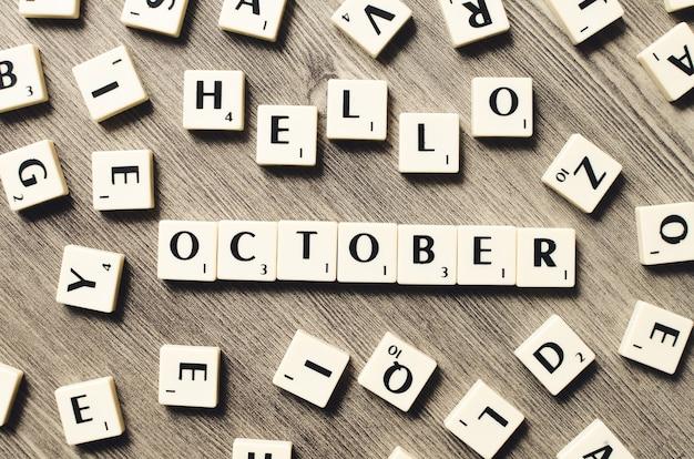 Bonjour octobre mot sur cubes en bois sur fond de bois