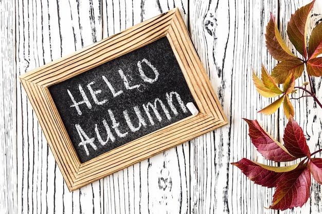 Bonjour texte de souhaits d'automne au tableau.