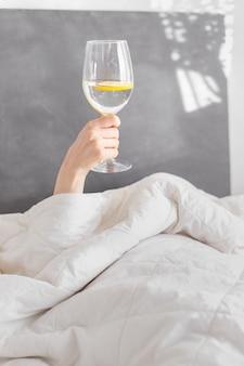 Bonjour, verre d'eau au citron, petit-déjeuner au lit, désintoxication, bon matin, vibrations positives, alimentation saine, amour de soi, femme au lit, journée ensoleillée, week-end, eau, verre