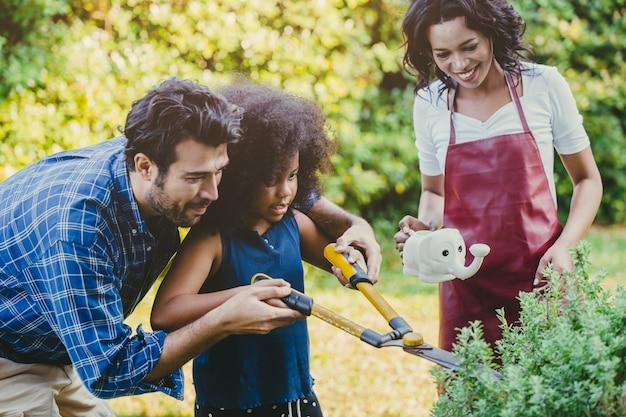Bonne activité de vacances en famille pendant le séjour à la maison parent au jardinage avec les enfants.