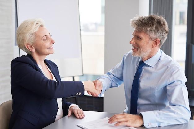 Bonne affaire entre l'homme d'affaires et le client