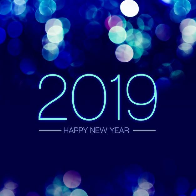 Bonne année 2019 avec une lumière bleue bokeh scintillant sur un fond violet bleu foncé