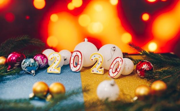 Bonne année 2020 avec des boules de noël sur fond flou