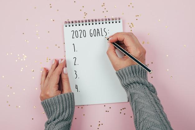 Bonne année 2020. cahier d'objectifs 2020 décoré à la main d'une femme