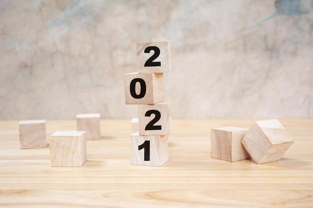 Bonne année 2021 sur bloc de bois sur table en bois fond gris. concept de nouvel an.