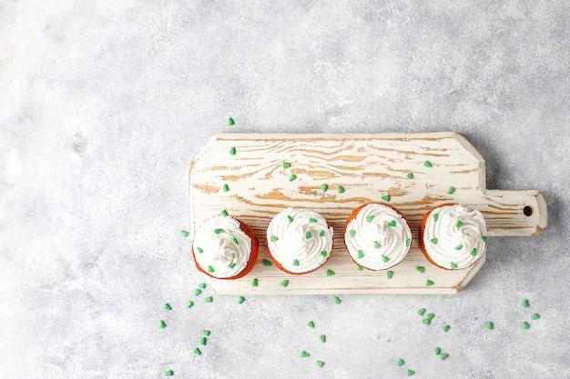 Bonne année 2021, cupcakes aux bougies dorées.