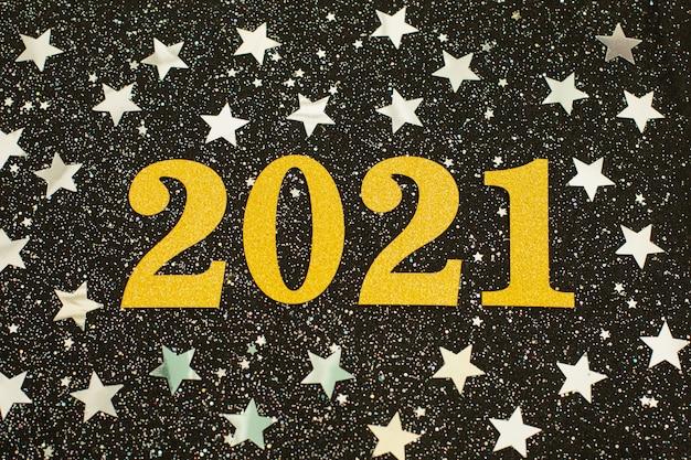 Bonne année 2021 avec des étoiles de paillettes d'argent fond noir
